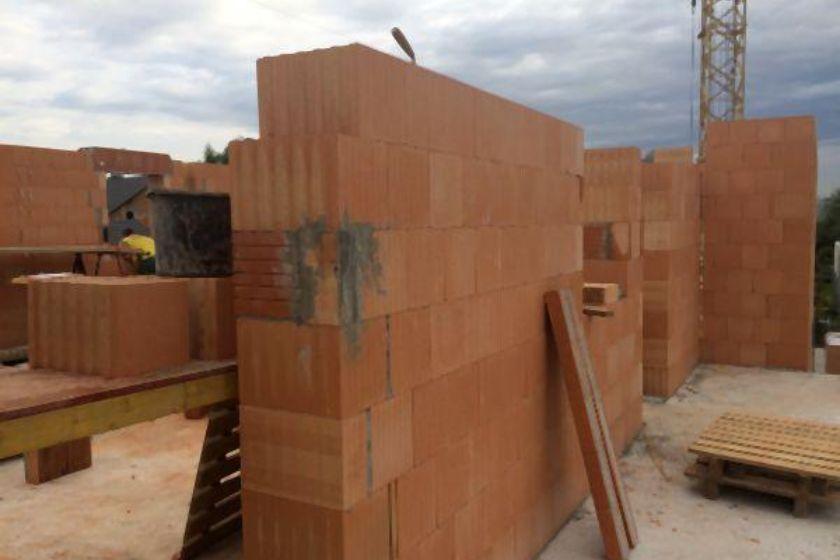 Rohbau: Innenmauer aus Ziegeln (Erdgeschoß)