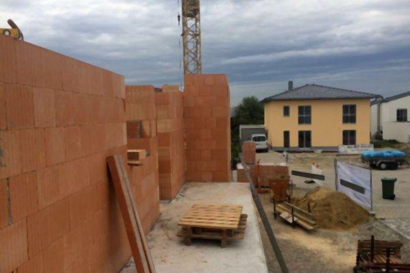 Rohbau: Ziegelmauer im Erdgeschoß