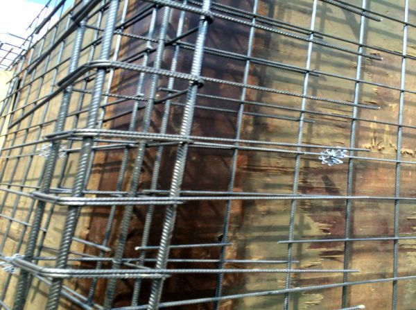 Baustahlarmierung im Eckbereich der Kellerwand