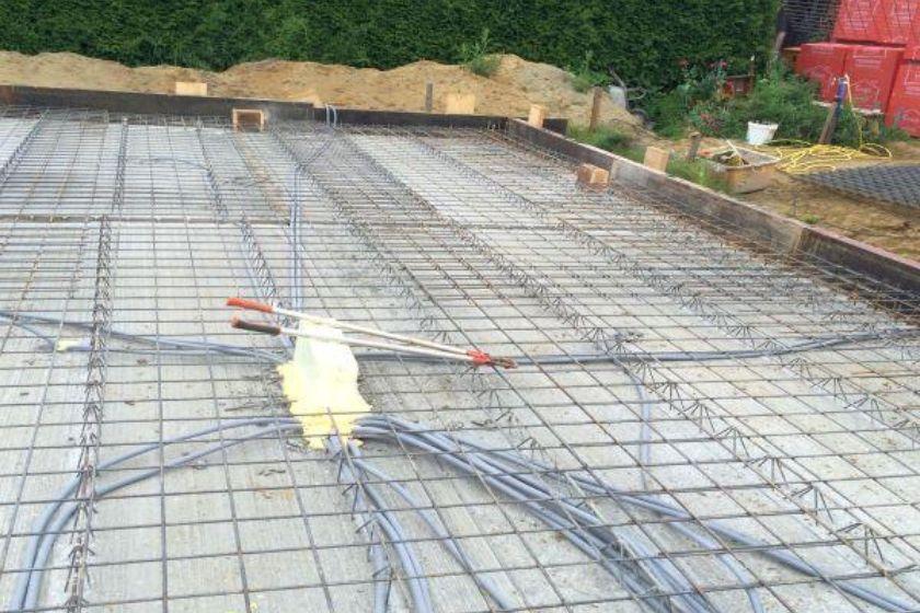 Installation Filigrandecke für Kellerdecke nach Einbau der oberen Bewehrung und der Elektro-Leerrohre