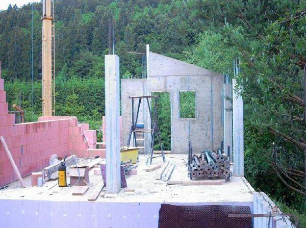 Rohbau: Betonelemente mit Fenster- und Türenaussparungen