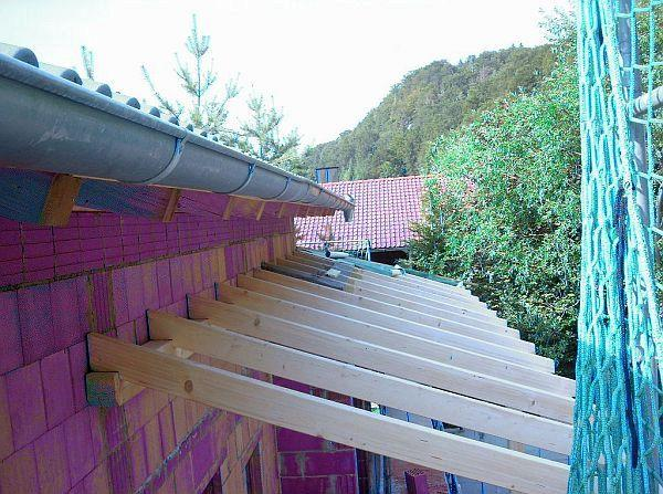 Überdachung: Holzbalken des Daches