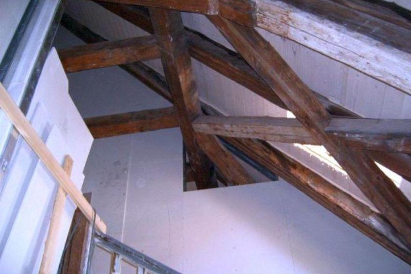 Blick auf freigelegten Dachstuhl