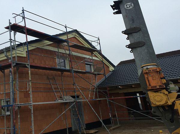 Vom Rohbau zur Fertigstellung: Ziegeldach auf Haus und Garage