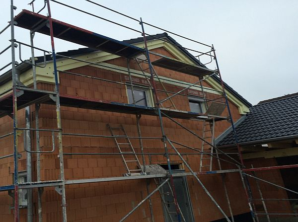 Rohbau Einfamilienhaus: Ziegeldeckung auf Haus und Garage