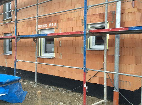 Rohbau Einfamilienhaus: Eingebaute Fenster