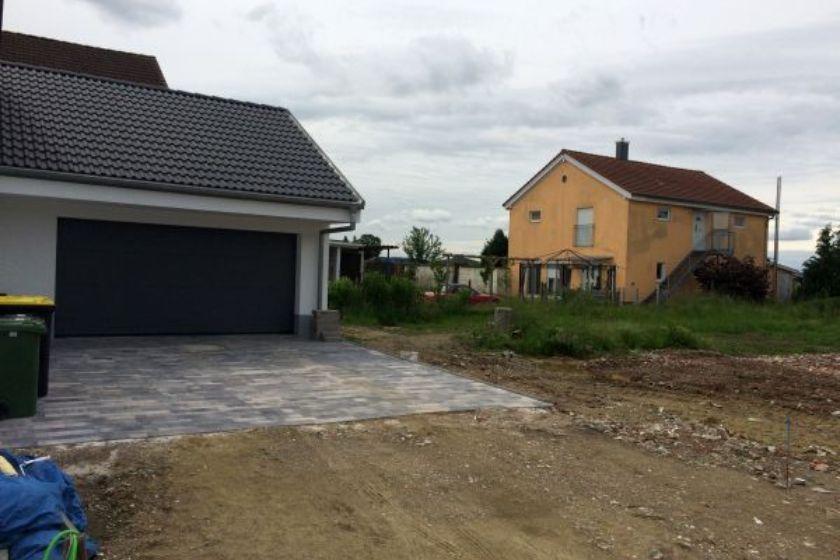 Einfamilienhaus Modell Jurahaus: Gepflasterte Garageneinfahrt